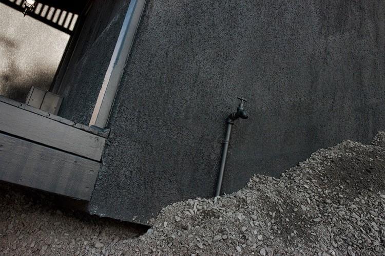 彷彿空中墜落的上世紀古屋,Ian Strange 的最新藝術裝置 1