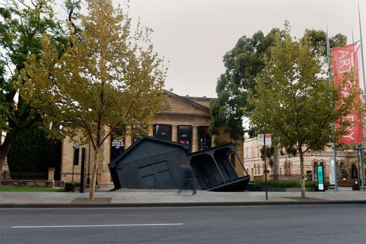 彷彿空中墜落的上世紀古屋,Ian Strange 的最新藝術裝置 2