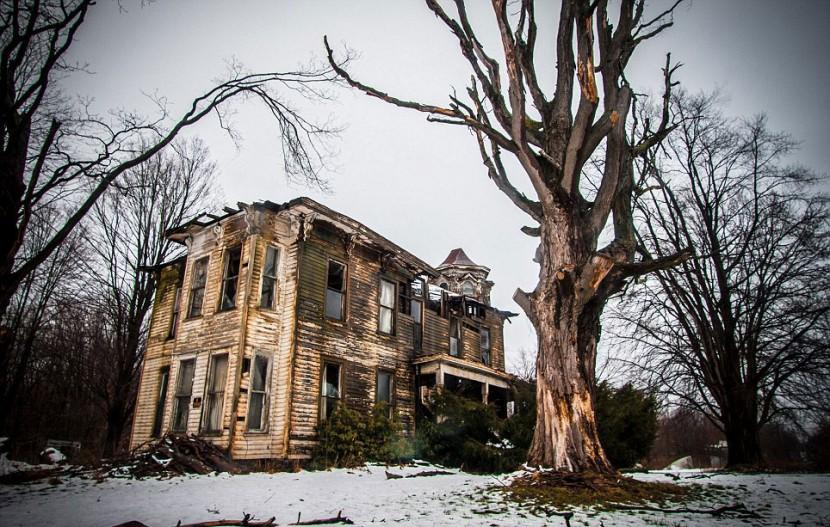 Photographer Jonny Joo captures eerie images of abandoned buildings 3