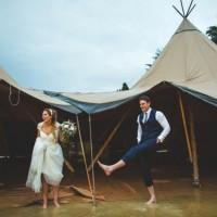 如果你的婚禮遇到大雨該怎麼辦呢?這對新人決定「照常舉辦」 1