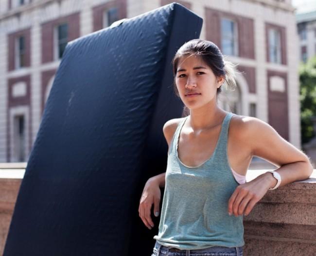 被同學強姦卻遭校方無理對待, 這名女生決定拖著事發時的床墊直到強姦犯被開除學籍 4