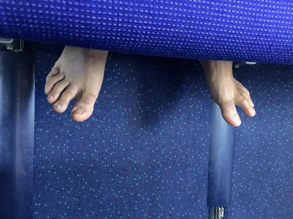 赤足、剪指甲這些事你也在飛機上做過嗎,前空服員表示你可能會成為最不受歡迎的乘客 14