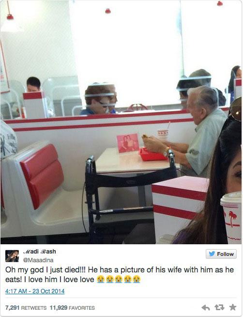 隨身帶著與過世妻子的合照,這位獨自用餐的老先生一點也不孤單 1