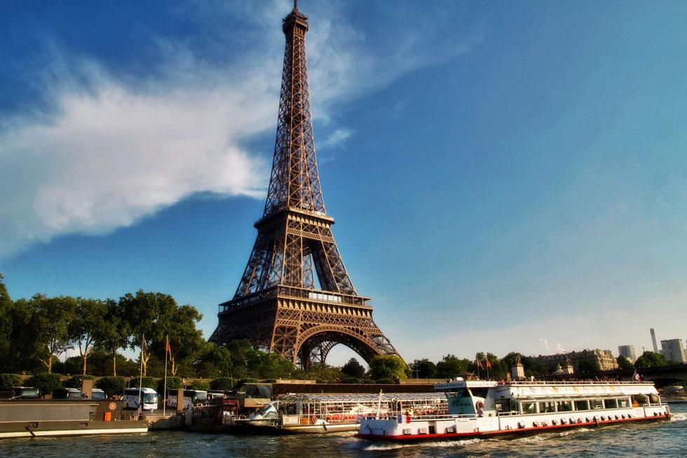 大家知道在Eiffel Tower的最上頭其實隱藏一間公寓嗎?據說連Thomas Edison都來過 3