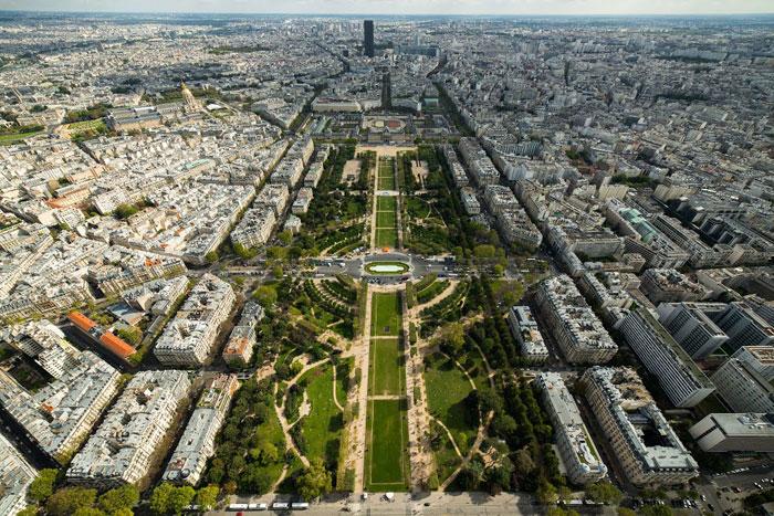大家知道在Eiffel Tower的最上頭其實隱藏一間公寓嗎?據說連Thomas Edison都來過 5