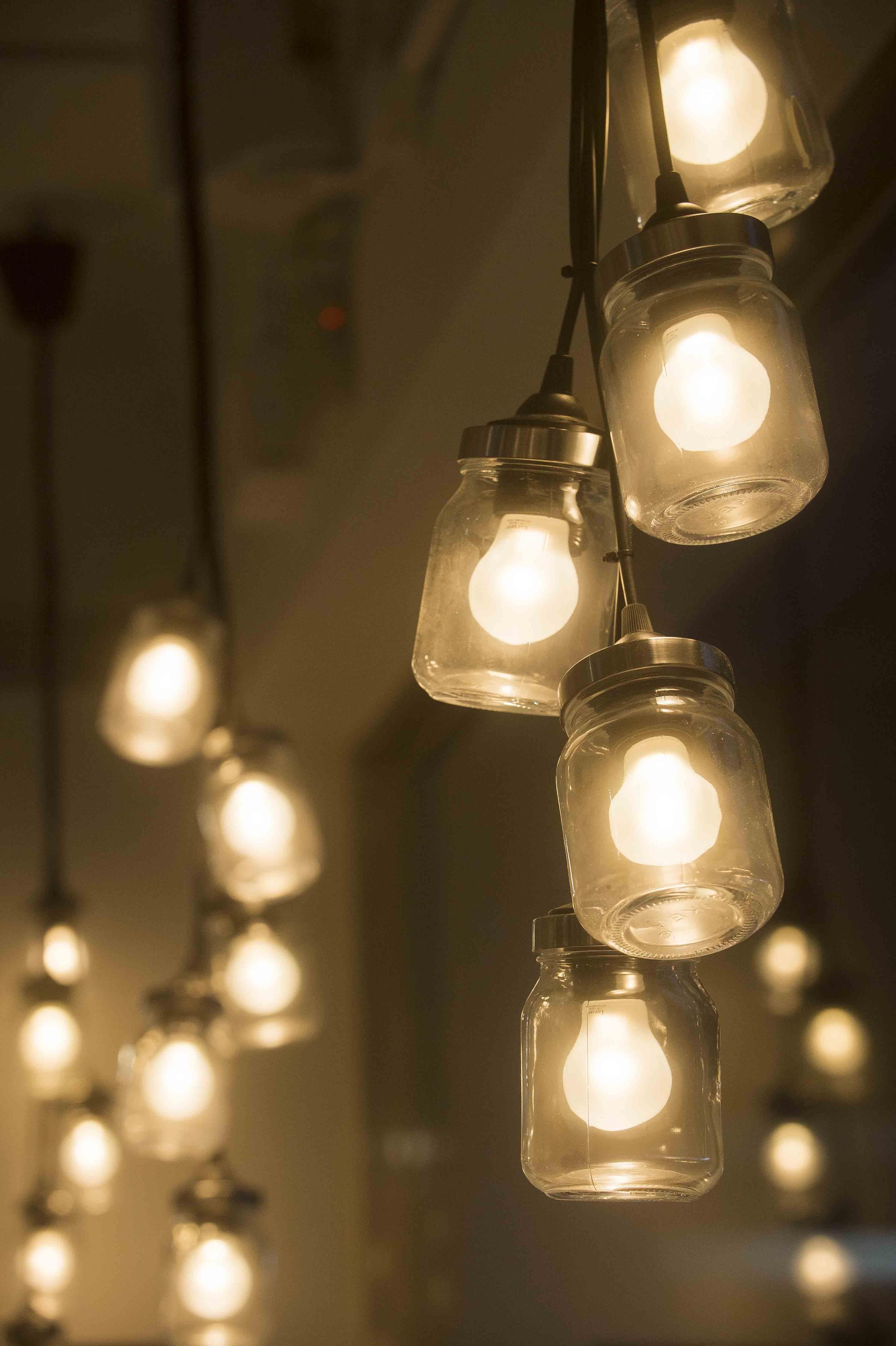 【IKEA HOUSE】利用萬用玻璃罐變身特色吊燈,發揮小巧思打造創意居家佈置。