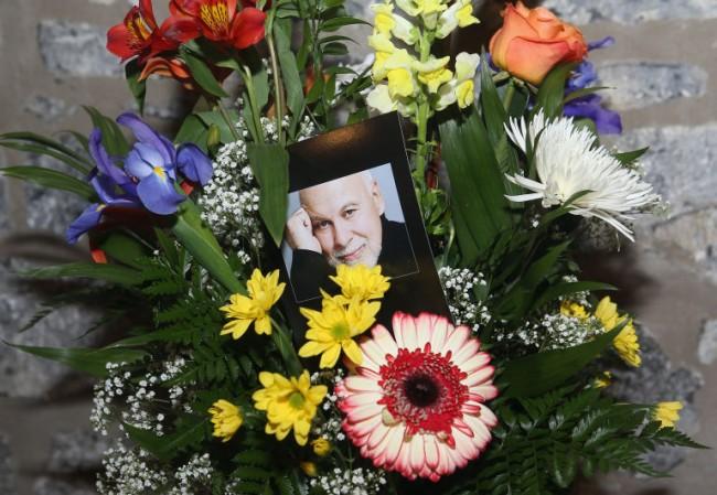 「是他締造我成功的演藝事業」:Celine Dion 出席丈夫 René Angélil 喪禮,情緒淚崩不願離去! 6