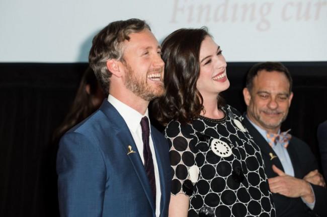 First Look:準媽咪 Anne Hathaway 挺孕肚與老公首次出席公開場合! 2