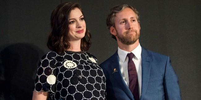 First Look:準媽咪 Anne Hathaway 挺孕肚與老公首次出席公開場合! 6
