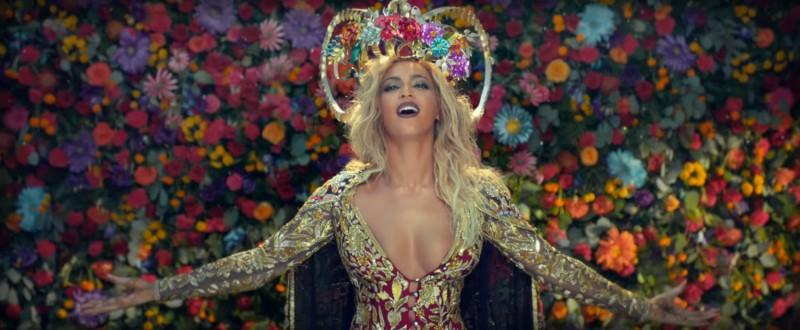 """First Look:Beyoncé 化身寶來塢神秘女星,現身 Coldplay """"Hymn for the Weekend""""最新 MV 2"""
