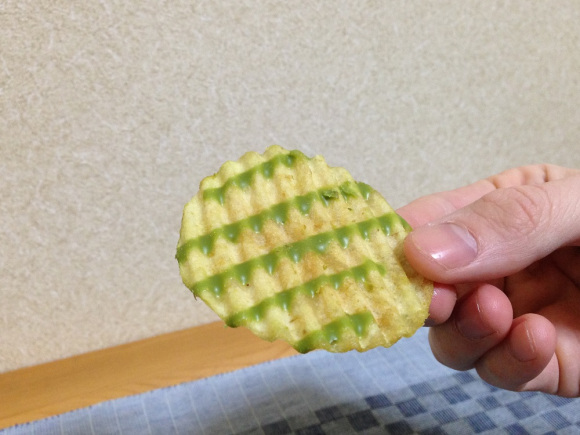 Green tea chocolate-covered potato chips arrive in Japan! 4