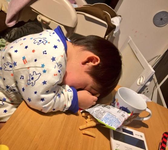 萌與治癒!日本全國孩子被媽媽們拍下斷電的一刻 4