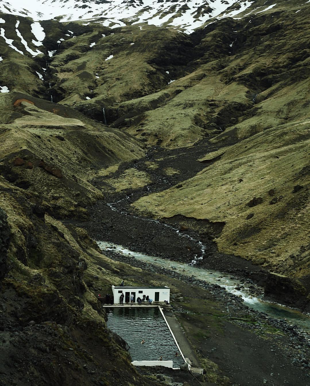 Seljavallalaug:冰島的山谷裡藏了一個絕美的秘密游泳池 4
