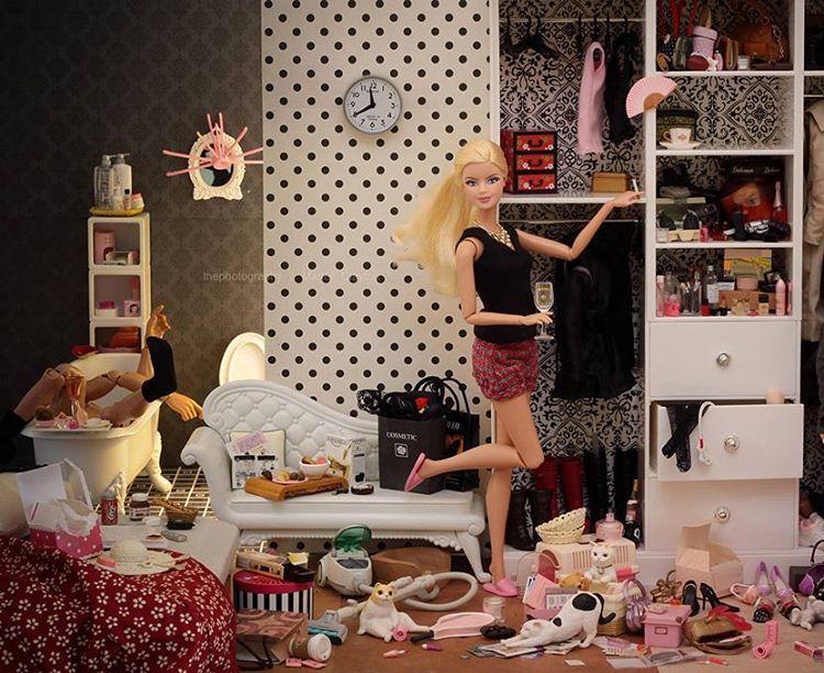 不是永遠美好與夢幻:Barbie 也有喝酒頹廢的時候,藝術家帶你走入她現實中的生活