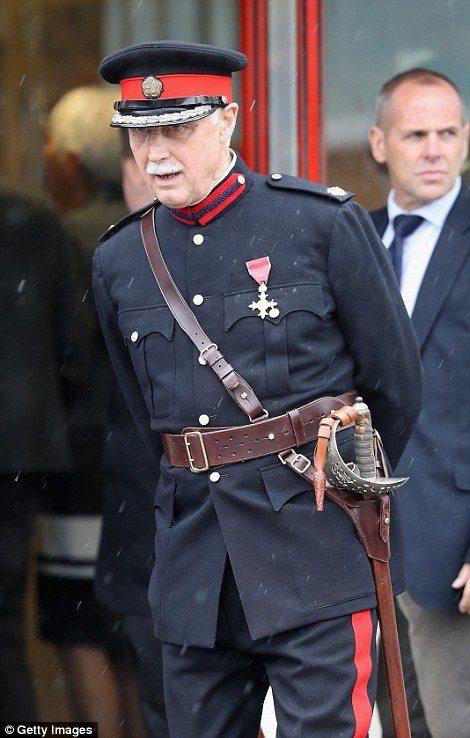""" No, it's all right "":72歲的中尉不慎摔倒,Prince William的貼心舉動化解現場的尷尬 2"